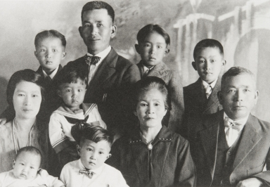 Frank Wakamatsu with children and parents : 1927. Top: Knox, Frank (father), George and Leonard. Middle: Tono (mother), Thomas, Tsuta (grandmother), and Corokichi (grandfather). Bottom: Jim and John.